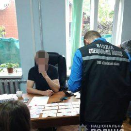 Харківські поліцейські викрили посадовця на хабарі 2000$ США